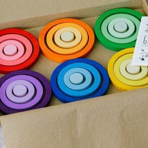 Ringe zum ineinander legen und sortieren in Regenbogenfarben Freispiel nachhaltiges Holzspielzeug für Kinder