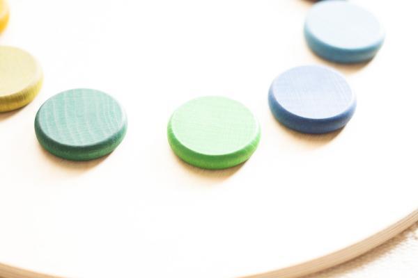 72 farbige Holzscheiben Grapat Lose Parts Waldorf Montessori Holzspielzeug für Kinder in Regenbogenfarben fürs Freispiel